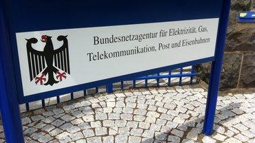 Schild am Eingang zum Gebäude der Bundesnetzagentur in Mainz
