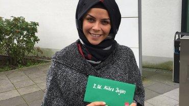"""Ein Foto der Gewinnerin Kübra Dogan beim Gewinnspiel """"Gute Arbeit"""""""