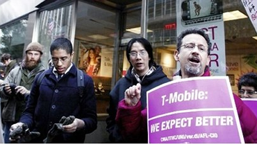Demonstranten vor einer T-Mobile-Filiale