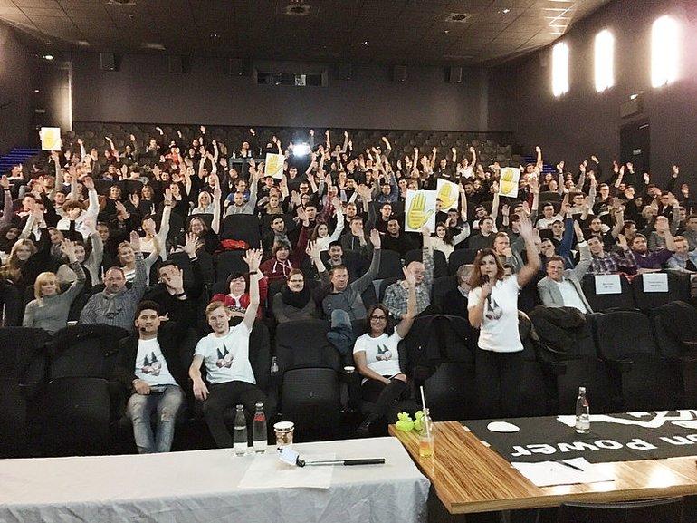 Azubis der Telekom Köln: Mit der Gelben Hand gegen Rassismus