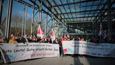 Aktion zur Tarifrunde - Vor der Tür der Betriebsversammlung DT Service West am 22.02.2018 in Bochum