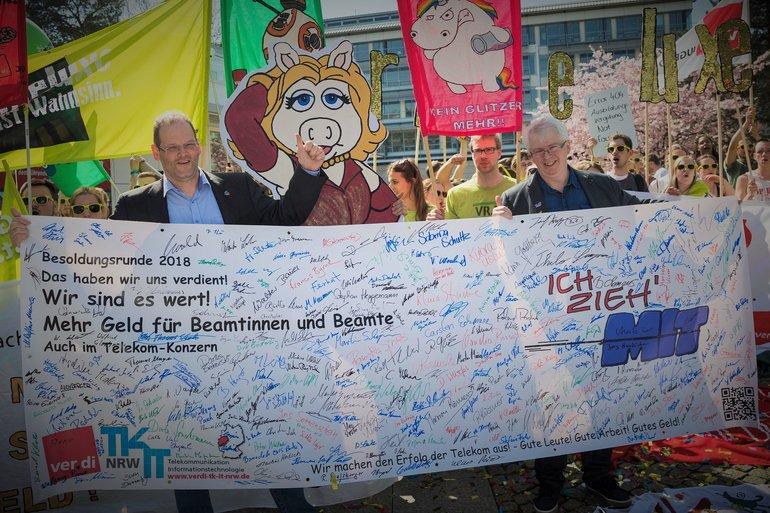 Übergabe der Unterschriftenbanner am 15.04.2018 in Potsdam